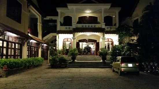Lotus Hoi An Boutique Hotel & Spa : Fachada de noche