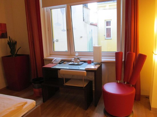 Hotel Rathaus Wein & Design: Desk and chair