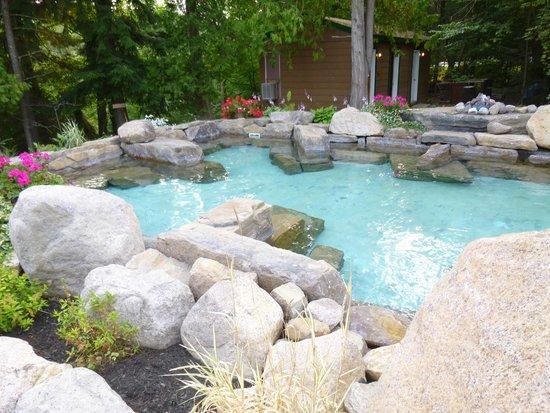 Auberge & Spa Beaux Reves: hot salt water pool.