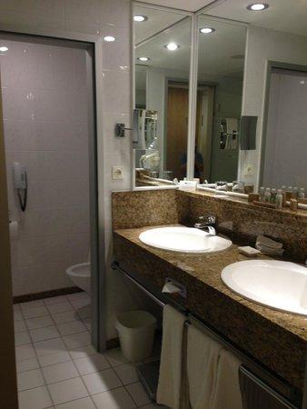 Maximilian Quellness- und Golfhotel: Bathroom.