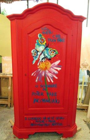 Riccione, Italia: armadio in legno massello decorato a mano