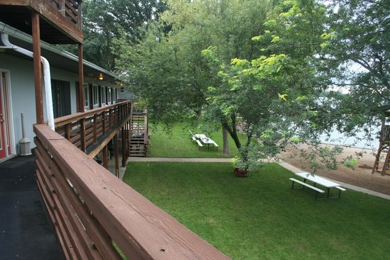 Slayton, MN: lodge back view to lake