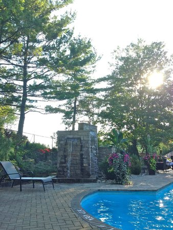 Hockley Valley Resort : Outdoor Pool and Waterfall