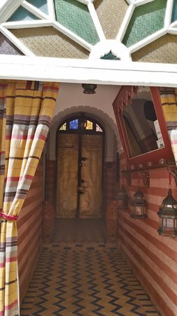 Maison Arabo Andalouse: Riad entrance (view from inside)