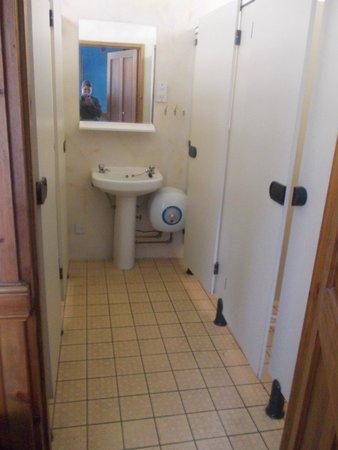 The West Highland Way Sleeper: Badezimmer (links Toiletten/rechts Duschen)