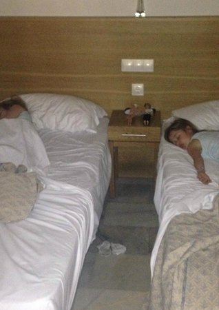 Sunset Beach Club: cupboard style twin bedroom