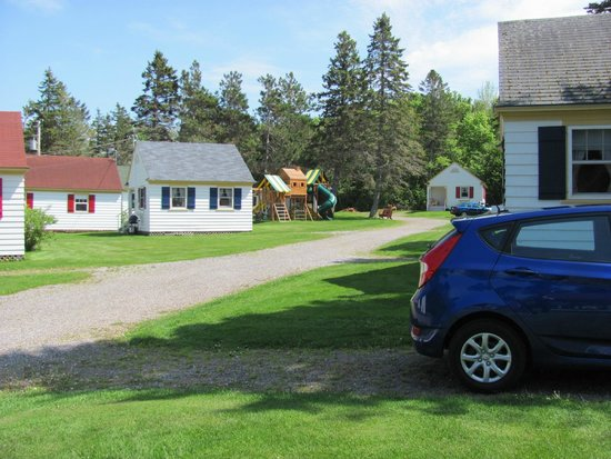 Green Gables Bungalow Court Cottages: View from the porch