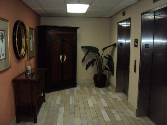 Hampton Inn & Suites San Juan: First Floor Elevators to Suites Wing