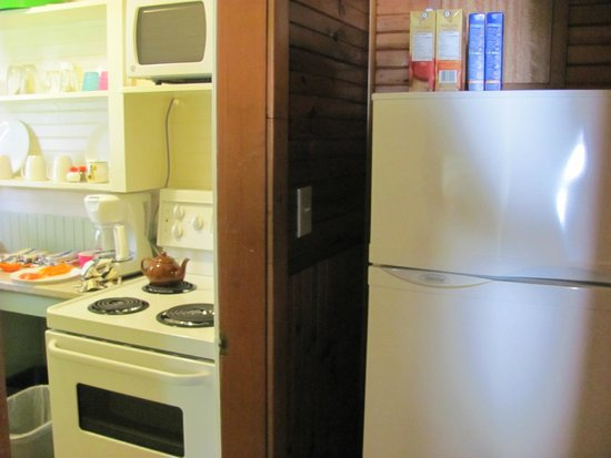 Green Gables Bungalow Court Cottages: View from hallway into kitchen  (1 bedroom cottage)