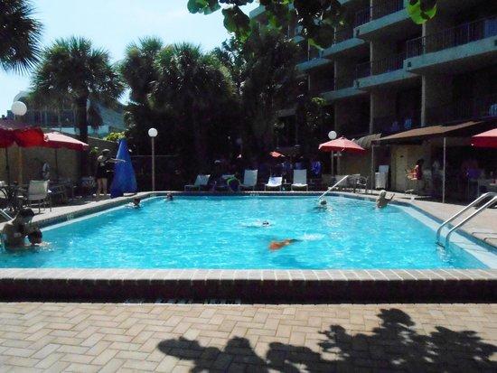 La Quinta Inn & Suites Cocoa Beach Oceanfront : big pool