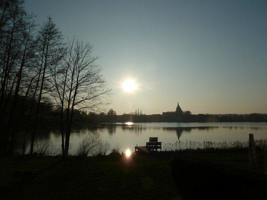 Seehotel Schwanenhof: Blick vom Balkon auf die Stadt Mölln und den Schulsee