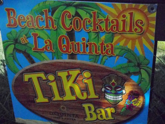 La Quinta Inn & Suites Cocoa Beach Oceanfront: WITH ITS OWN TIKI BAR AT THE POOL