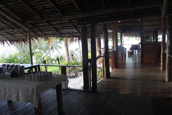 Uepi Island Resort : Restaurant and bar area