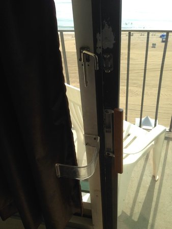Days Inn Virginia Beach Oceanfront: The 'custom' locking mechanism on the sliding glass door.