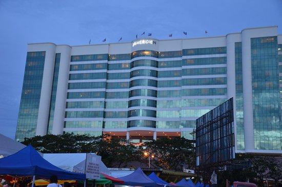 Le Meridien Kota Kinabalu: Hotel from night market