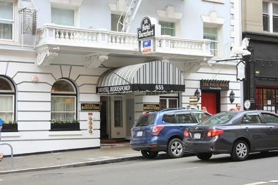 Hotel Beresford : receptionen set udefra, bemærk White Horse ved siden af