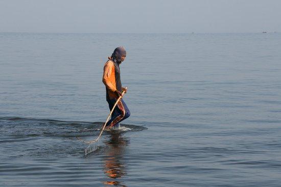 Cleopatra Beach Bungalows : Voor Cleopatra in de oceaan: locals vissen