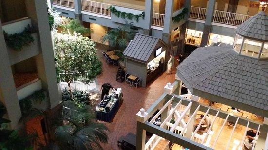 Embassy Suites by Hilton Pittsburgh - International Airport: Atrium