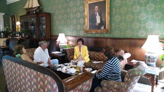 The Meeting Street Inn: Enjoying breakfast with friends