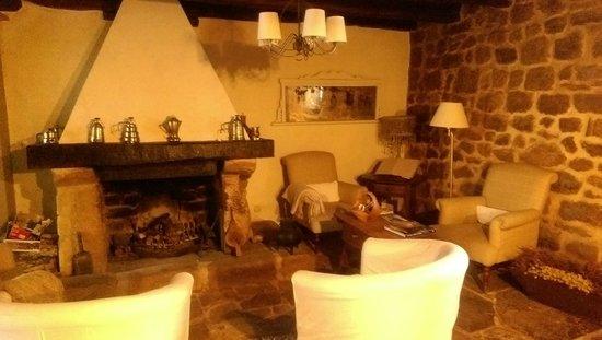 Hotel Rural La Gándara: SALÓN CON CHIMENEA