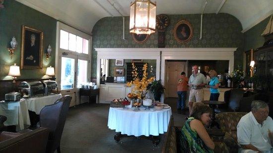The Meeting Street Inn: Breakfast service in the lobby