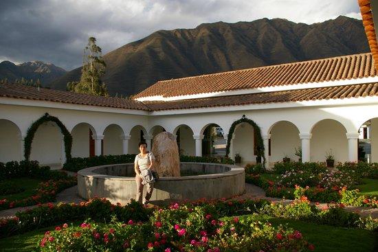 Hotel Agustos Urubamba: Massifs fleuris