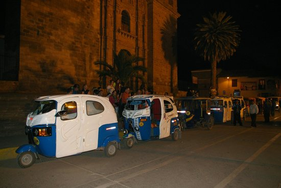 Hotel Agustos Urubamba: Convoi de touc-toucs pour retour en groupe.