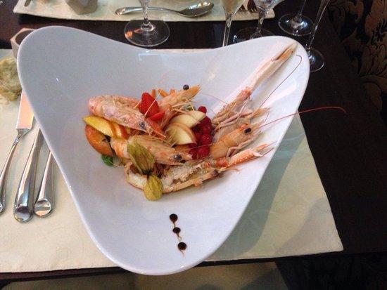 La Perla del fortino: Catalana di scampi, gamberi e frutta fresca