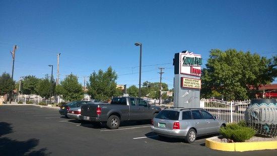 Sandia Peak Inn Motel: Parking lot