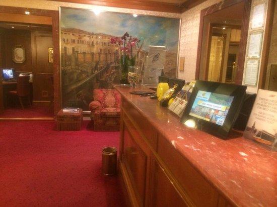 Hotel Berna : Lobby n front desk area