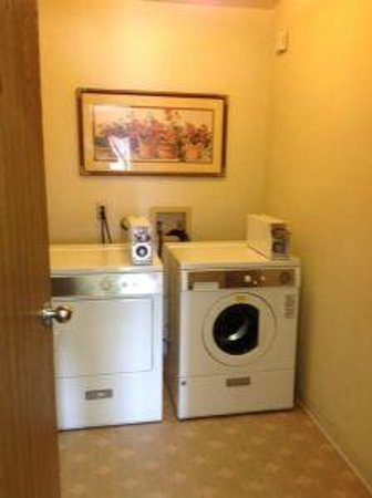 Super 8 Bloomfield: Guest Laundry Room