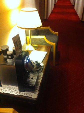 Hotel Continental Lausanne: Nespresso machine at the hallway.