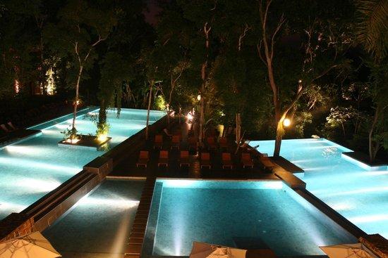 Loi Suites Iguazu: Piscina de noche.