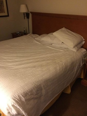 Atlantis Inn: caring house keeping made bed look extra special