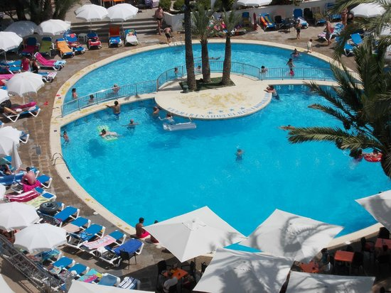 Hotel Marina Resort Benidorm: View of pool from room
