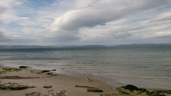 Invernairne Hotel: The beach was a short stroll down through the garden