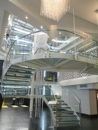 DoubleTree by Hilton Cape Town - Upper Eastside: Main stairway