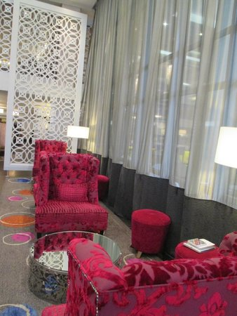 DoubleTree by Hilton Cape Town - Upper Eastside : Cozy places to relax in reception