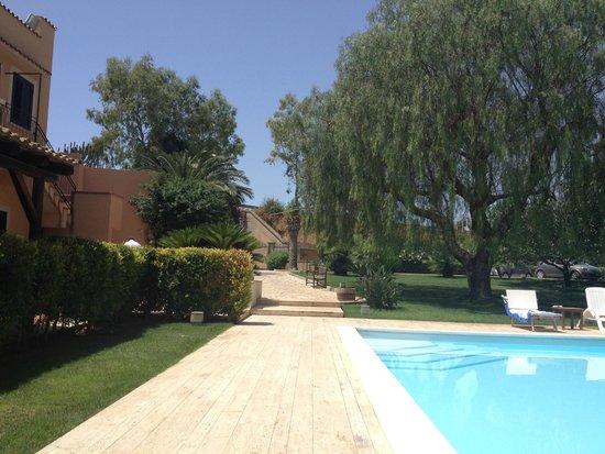 B&B VillaSeta: Coin piscine + allée vers le jardin et la sortie