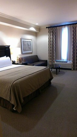 Ayres Hotel Fountain Valley/Huntington Beach: King bed + sofabed