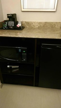 Ayres Hotel Fountain Valley/Huntington Beach: Kitchenette across from vanity