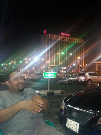 Sheraton Dammam Hotel & Convention Centre : أبو سند أمام الشيراتون