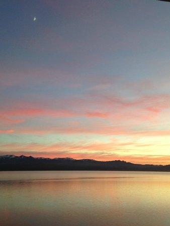 Cacique Inacayal Lake & Spa Hotel : Amanhecer no Lago Nahuel Huapi visto dos nosso quarto