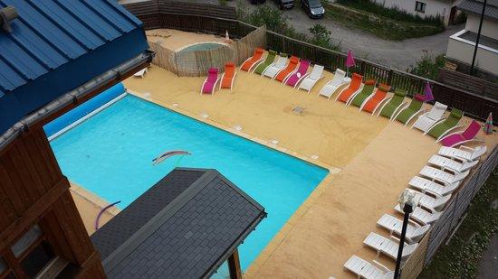 Residence la Turra: het zwembad met de ligbedden