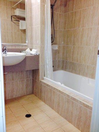 The Great Southern Hotel: バスルーム トイレは一緒になっていてかなり広い。詳細をみると ひび割れなどはあるがそこまで気にならない。 車椅子でも十分使える広さ