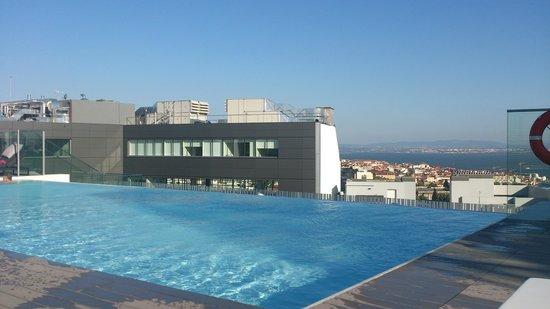 EPIC SANA Lisboa Hotel : Rooftop pool