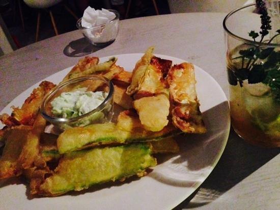 Speires: Aperitivo con tempura di zucchini e non-alcoholic mojito