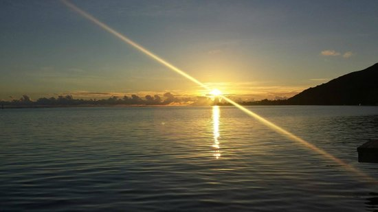 Manava Beach Resort & Spa - Moorea : Sunrise from the overwater bungalow