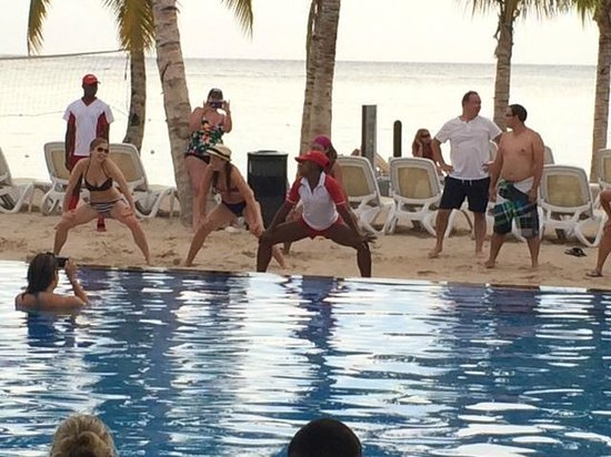 Hotel Riu Palace Jamaica : Twerk contest at the pool lol