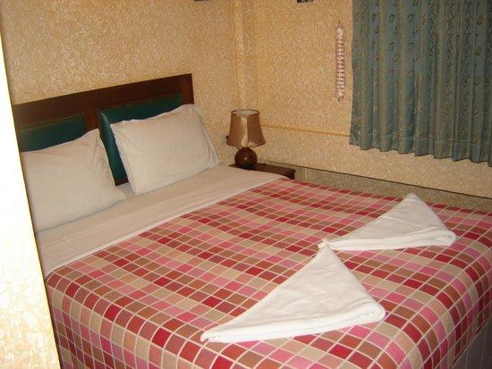 bedroom (575 baht) at Queen Victoria Inn